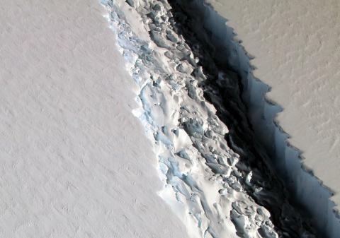 Photo of rift in Larson ice shelf